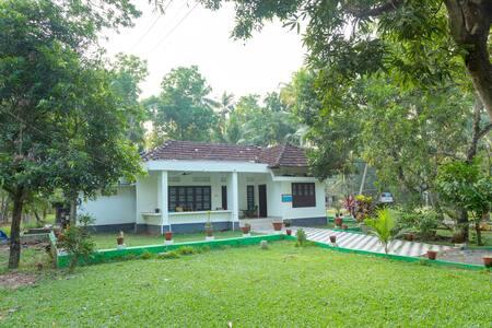 Water Front  Heritage Room No.2 _ Kumarakom - Bed & Breakfast