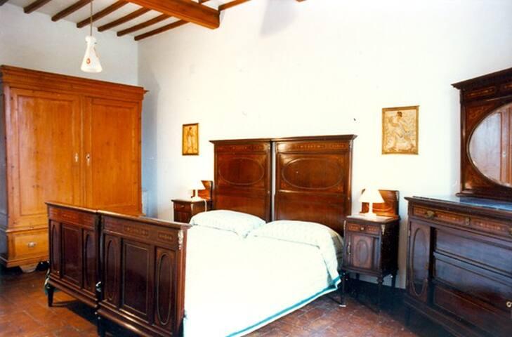Das Intarsienschlafzimmer: stilvolle Möbel mit modernen, rückenschonenden Matratzen