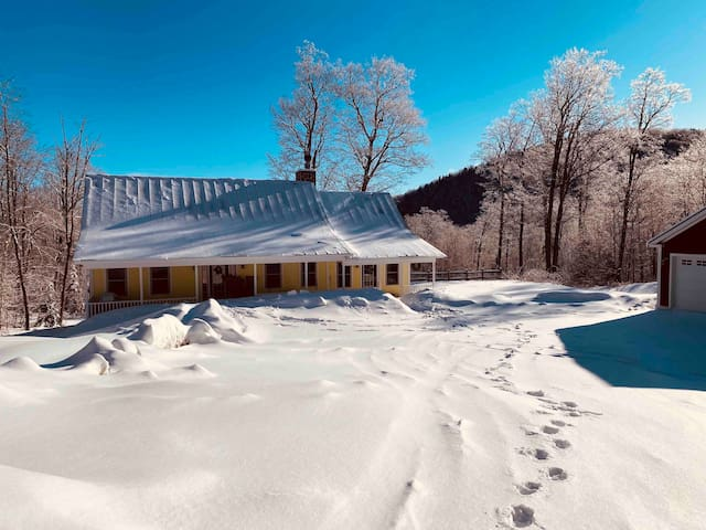 HIDEAWAY MOUNTAIN HOME*16 Guests*HOT TUB & GAMES*