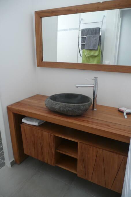 Salle de bain, meuble, miroir en Teck d'Indonésie, vasque en galet.