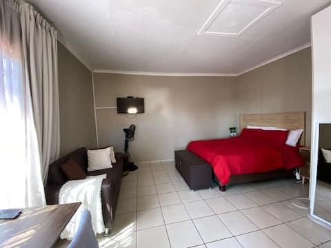Bachelor Suite 3 @ 135 Gardenia str Florapark