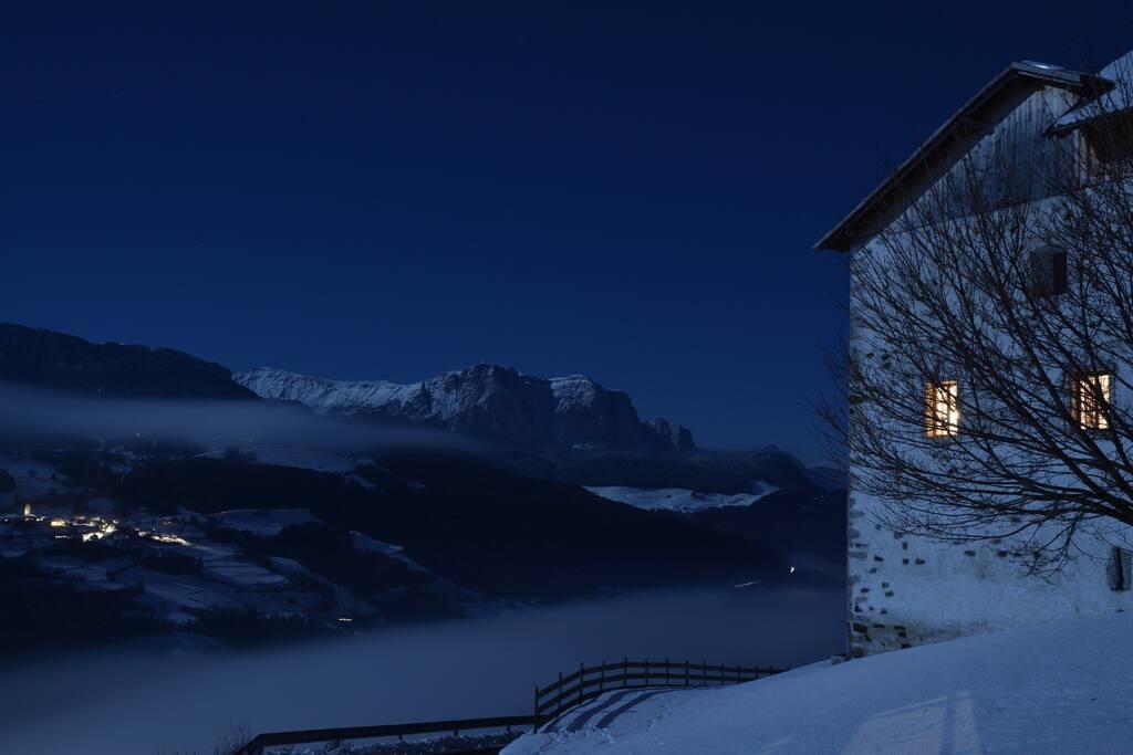 Schloss Gravetsch bei einer Vollmondnacht im Winter