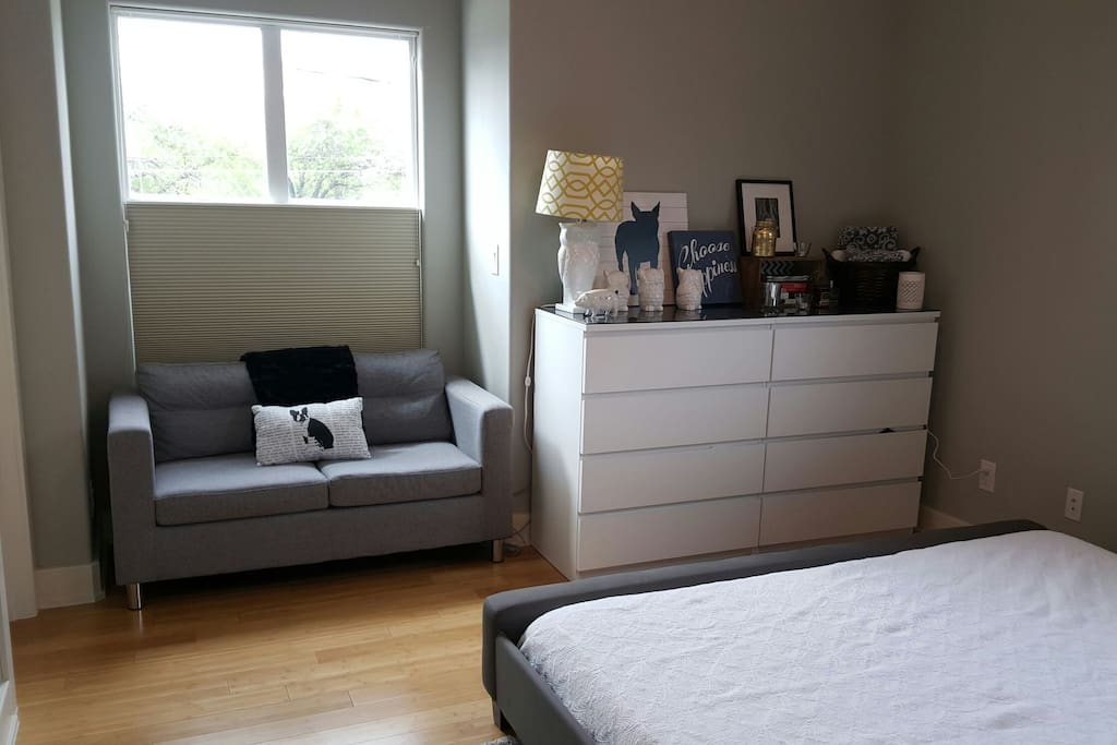 Sitting area & available chest of drawers