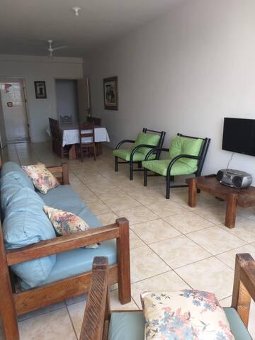 Sala com 11m de comprimento, 2 ventiladores de teto e TV de 32 fixa na parede, somente canais locais.