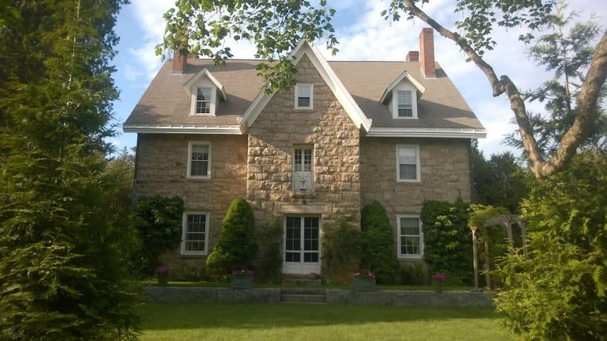 Historic Home in Narragansett RI - LR - Narragansett - Bed & Breakfast