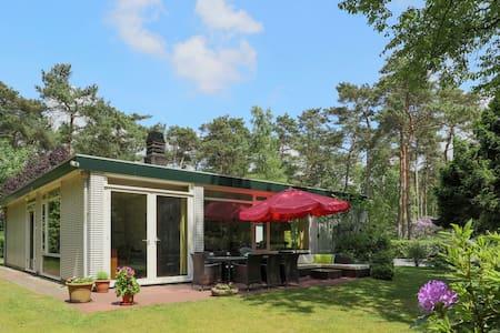Hermosa casa de vacaciones con jardín cerca del bosque en Huijbergen