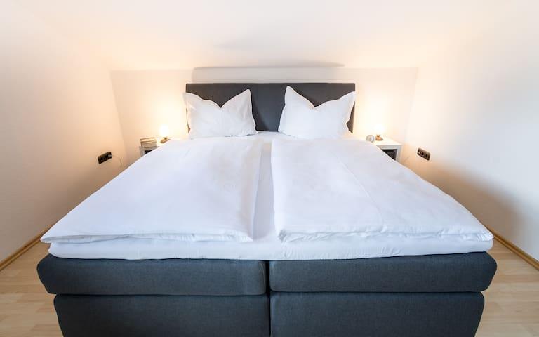 Entspannt euch im gemütlichen Doppelbett