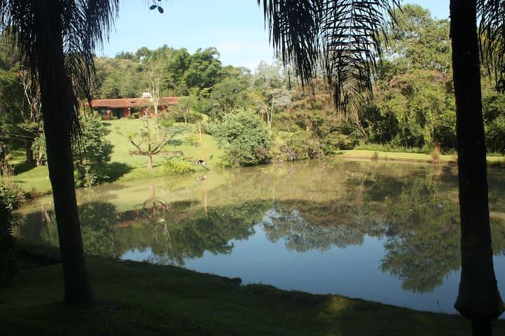 Sitio lindo, muita natureza e privacidade.