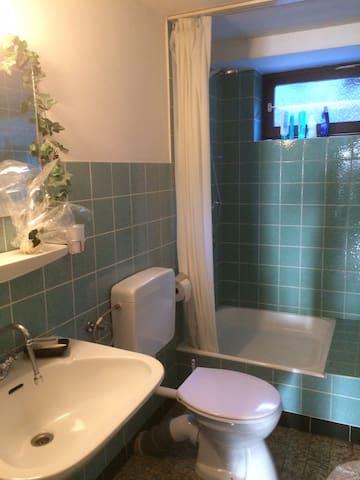 Gästebad in der Regel nur von dir benutzt (unsere Waschmaschine steht hier)