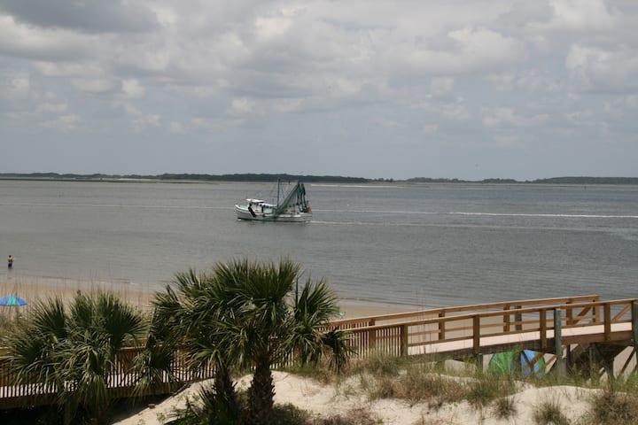 Sandpiper, a condo with a beachfront view!