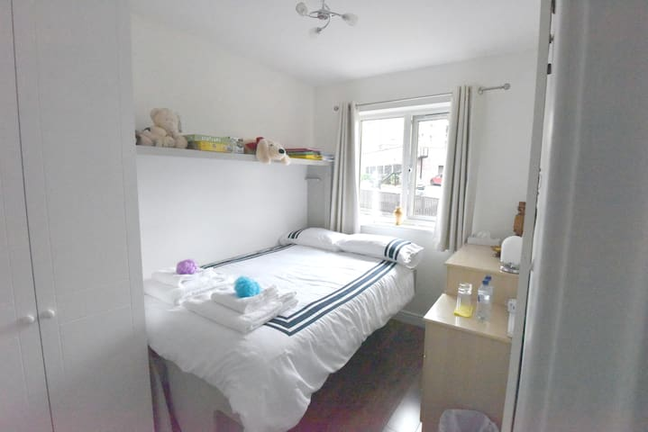 Bright, cosy double room in modern West End house