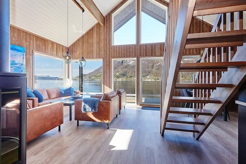 Moderne hytte ved vannkanten i Vesterålen SE VIDEO