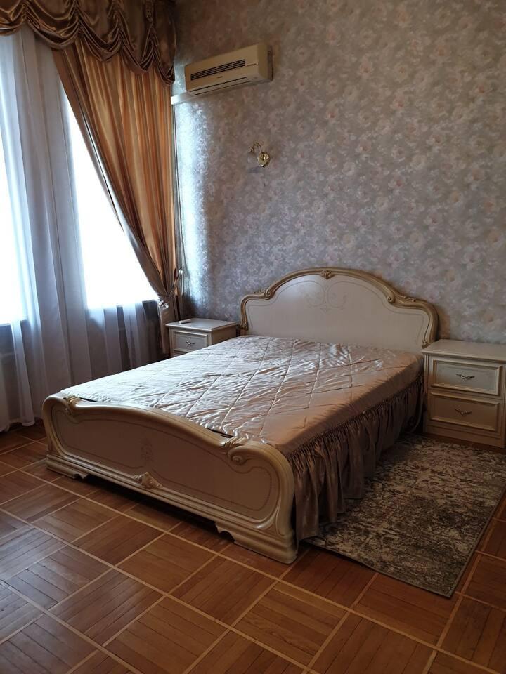 Двухкомнатная в центре ( комнаты раздельные)