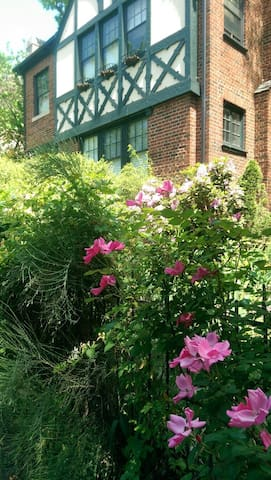 Romantic Hideaway In Carytown for Extended Stays