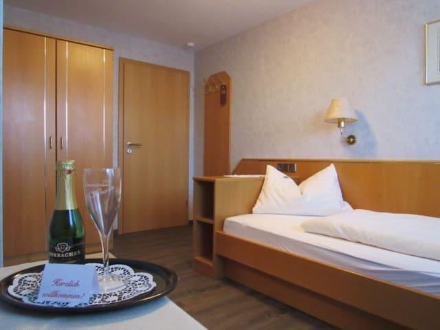 Gästehaus Wörner, (Durbach), Zimmer Nr. 6, Einzelzimmer mit Dusche/WC