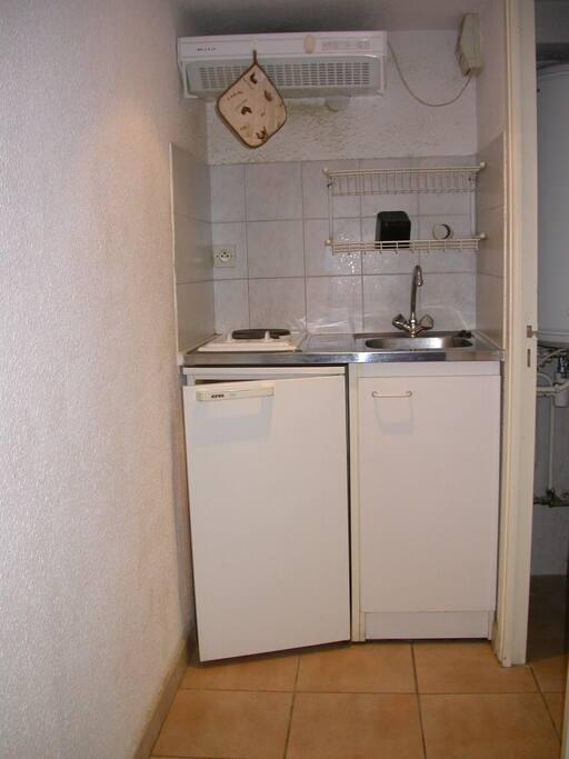 coin cuisine, refrigerateur, plaque electrique ,evier et egoutoir