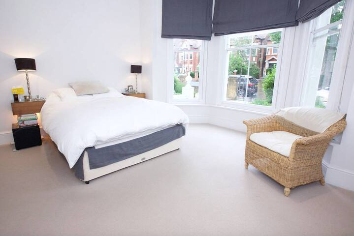 Modern 2-bed flat in Clapham with large garden