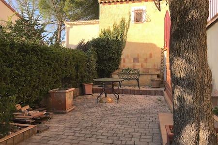 Appartement dans villa provencale