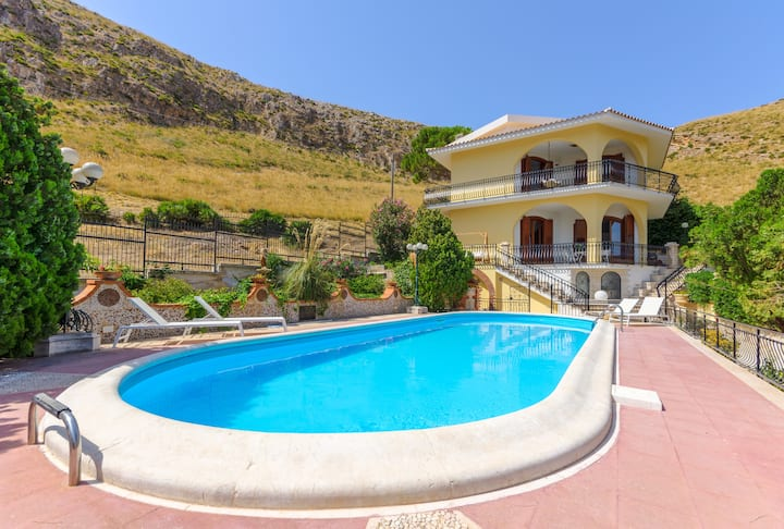 Villa with large private pool and stunning seaview