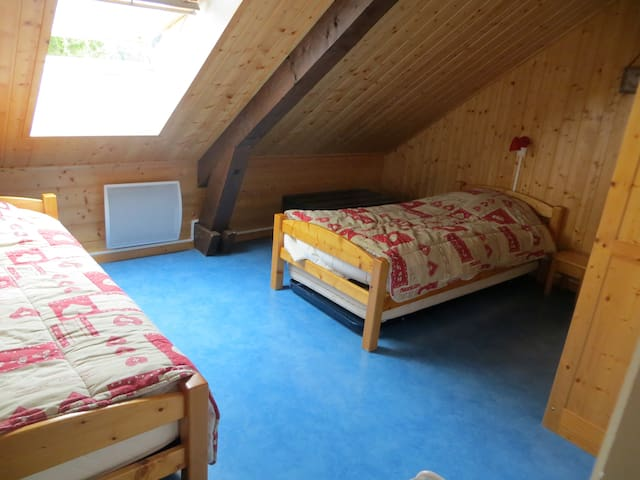 Chambre 2: 2 lits simples + 1 lit pliant confortable