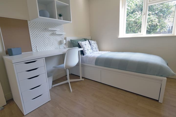 En suite room in house share on Thoday Street