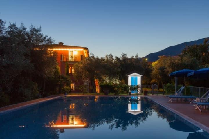 Appartamento Ginestre in villa con piscina
