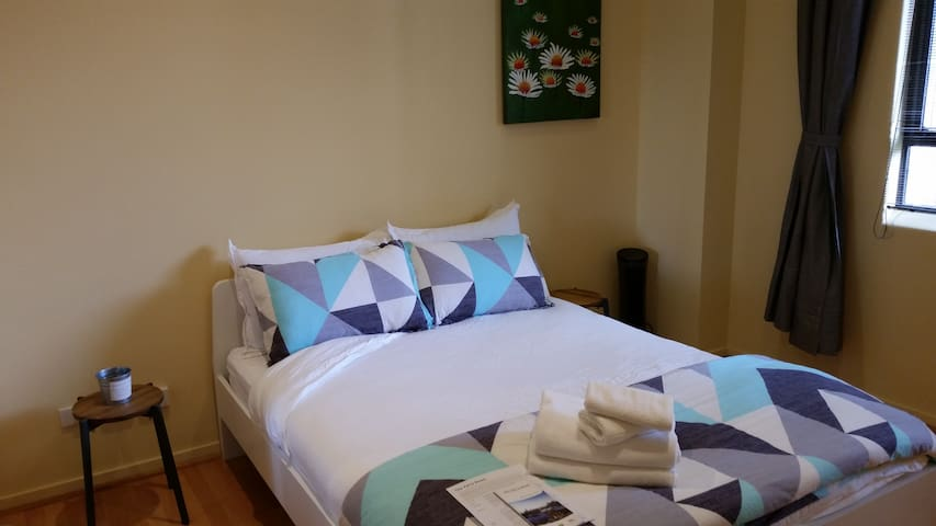 Yarra Room, 1 Large Private Room w/ Queen Bed - Melbourne - Flat