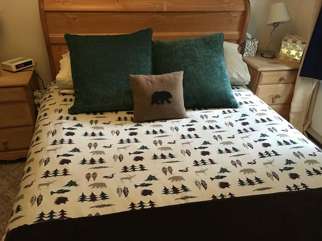 Cozy one bedroom ski in, ski out Big White condo