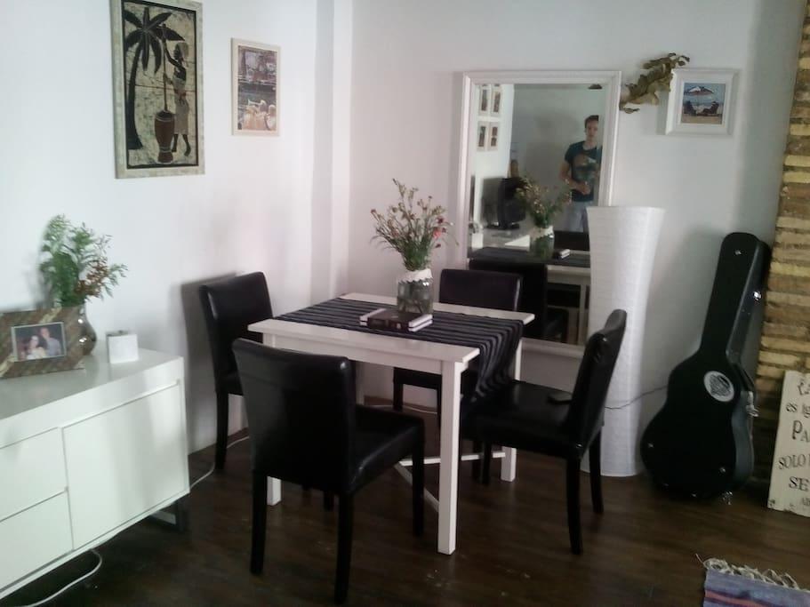 Zona de comedor, en una esquina de la sala de estar.