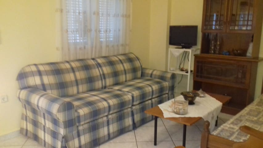 Ο καναπές γίνεται διπλό κρεβάτι.