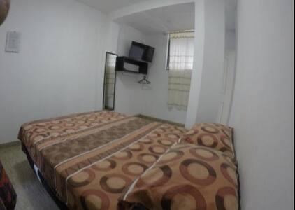 cuarto con cama matrimonial,baño compartido