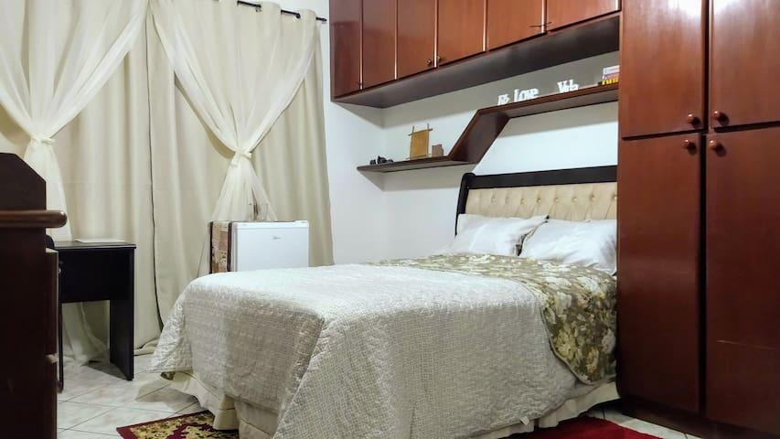 Nossa suíte com cortina Blackout, armários embutidos com muitas gavetas e cabides, ar-condicionado e ventilador de teto. Confortável e muito limpo conforme leis do Airbnb, tudo isso lhe esperando para férias ou trabalho. Sejam bem vindos iluminados.