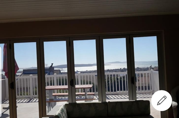 Modern 3 bedroom with stunning view of Lagoon