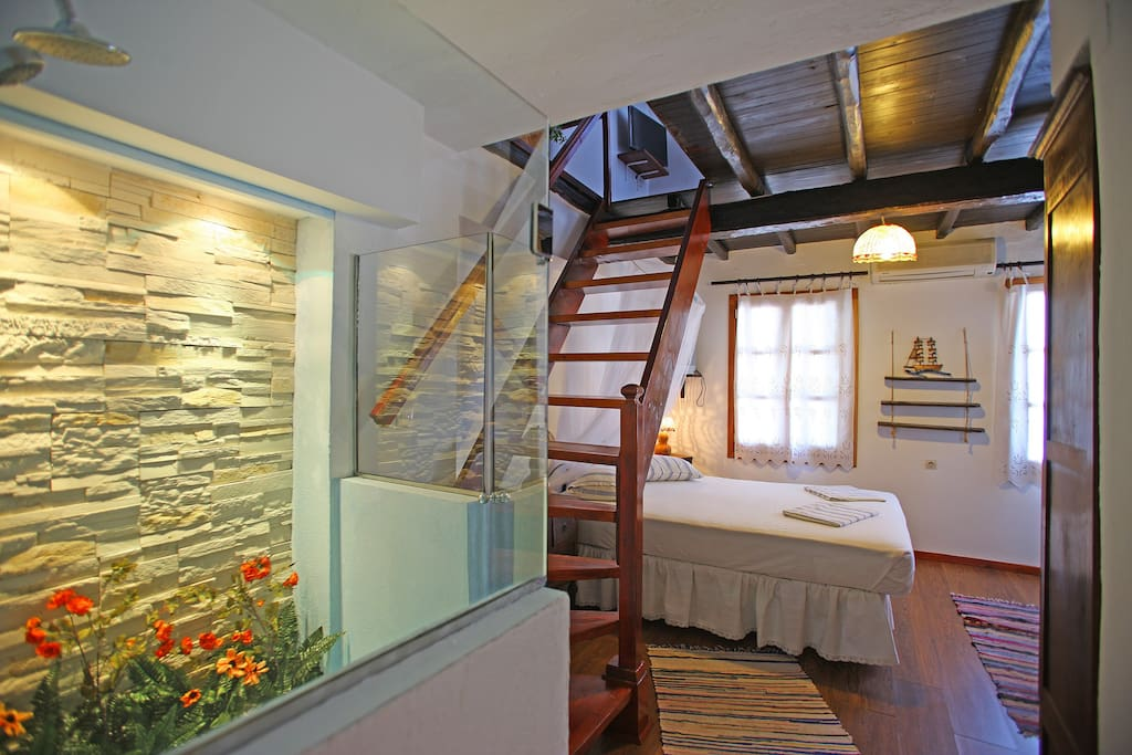 double bedroom with sea view, stairs to the livingroom and kitchen corner