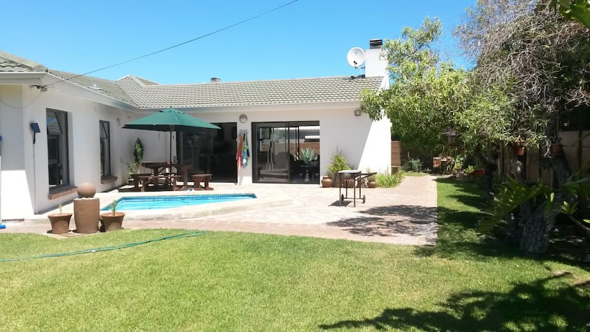 Spacious 3 bedroom family home close to the beach - Cape Town