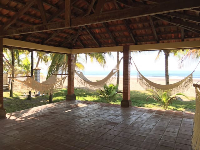 Rancho con hamacas frente al mar - Barra de Santiago - Casa