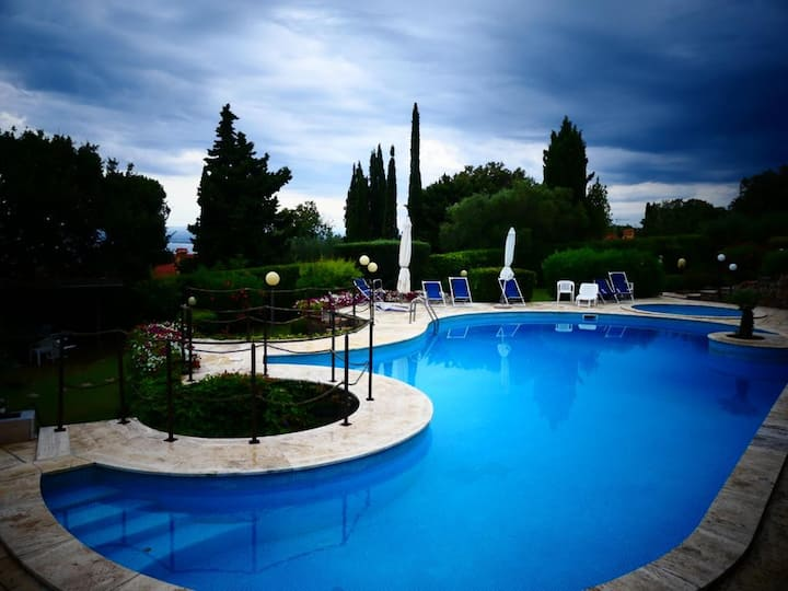 Pianone Alto: vista, terrazzo e piscina panoramici