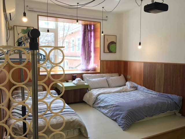 卧室里打造的地台,放着的两个23厘米高的双面护脊乳胶高级床垫,1米和1.2米宽。