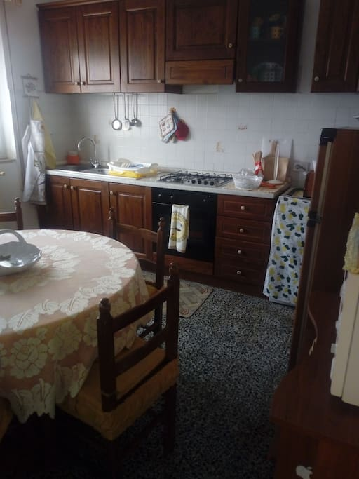 Cucina dotata di forno tradizionale, a microonde, lavatrice, frigorifero, tostapane