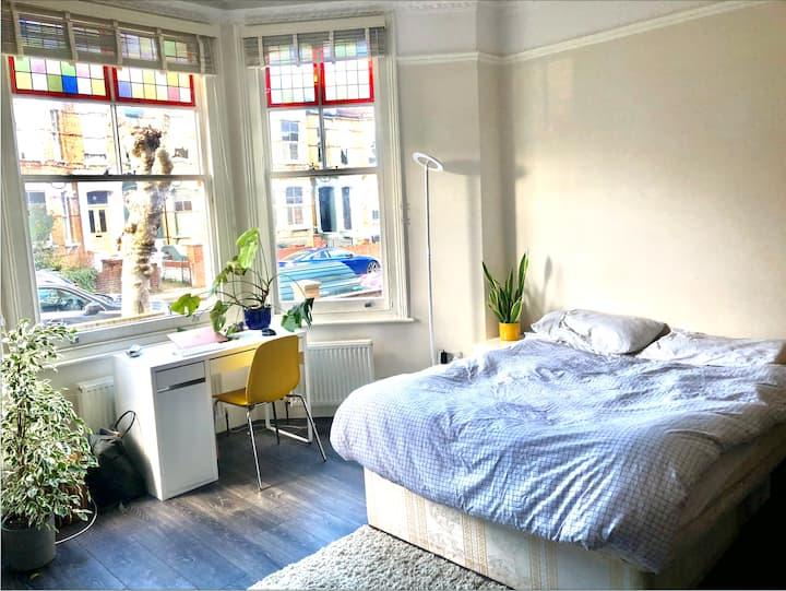 Spacious sunny room in garden house in Clapton E5