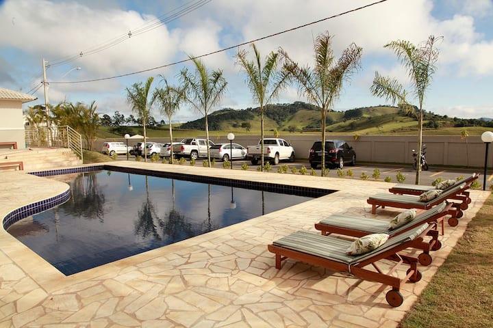Apto em Pouso Alegre, condomínio com piscina