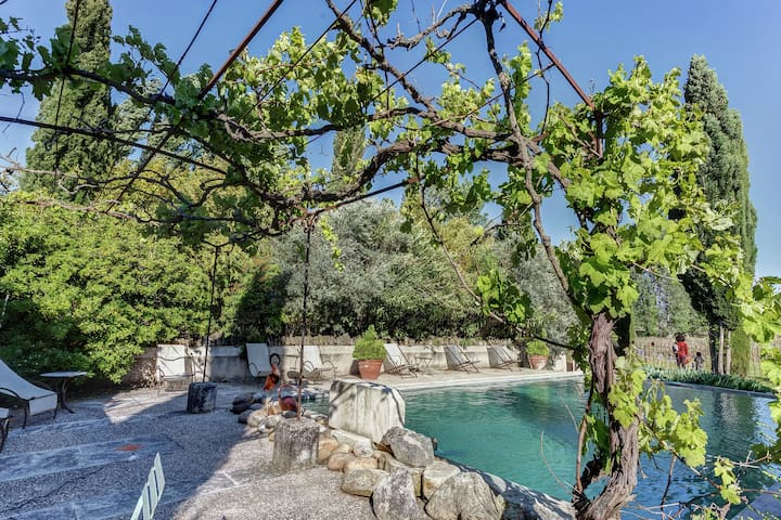 Gîte rustique à Oppede avec piscine partagée