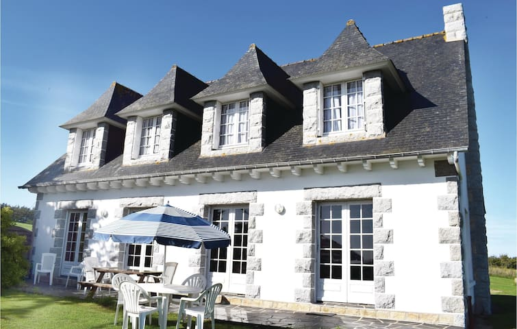 Holiday cottage with 6 bedrooms on 180 m² in Pleboulle