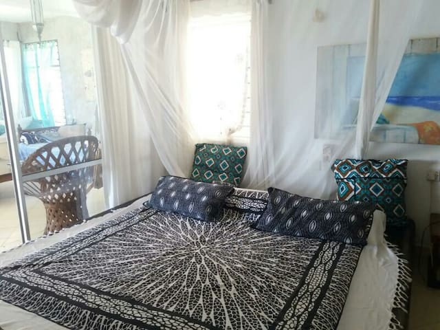 Sea view, private dbl room, own b/r - Mombasa - Bed & Breakfast