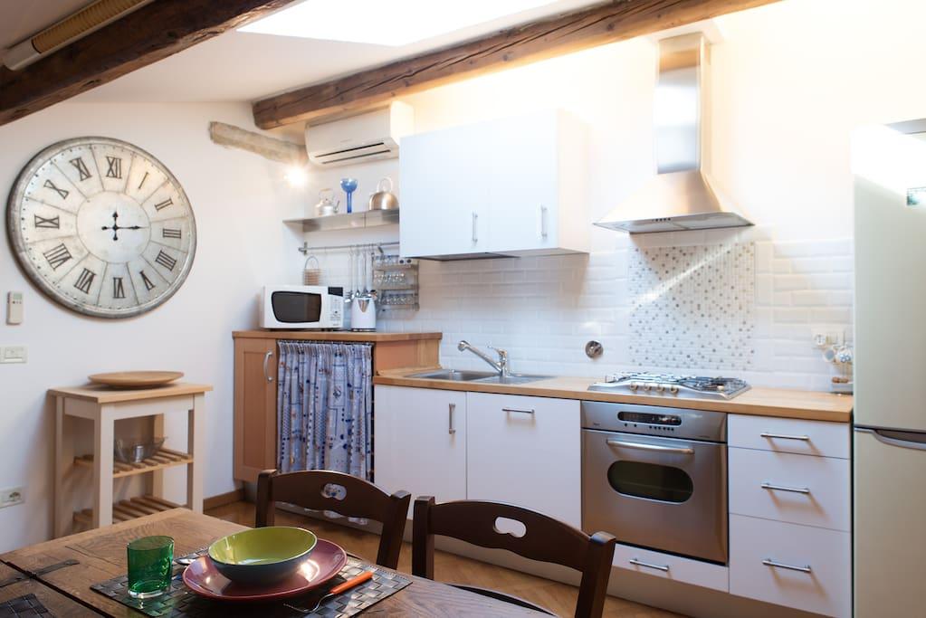 zona cucina dotata di elettrodomestici