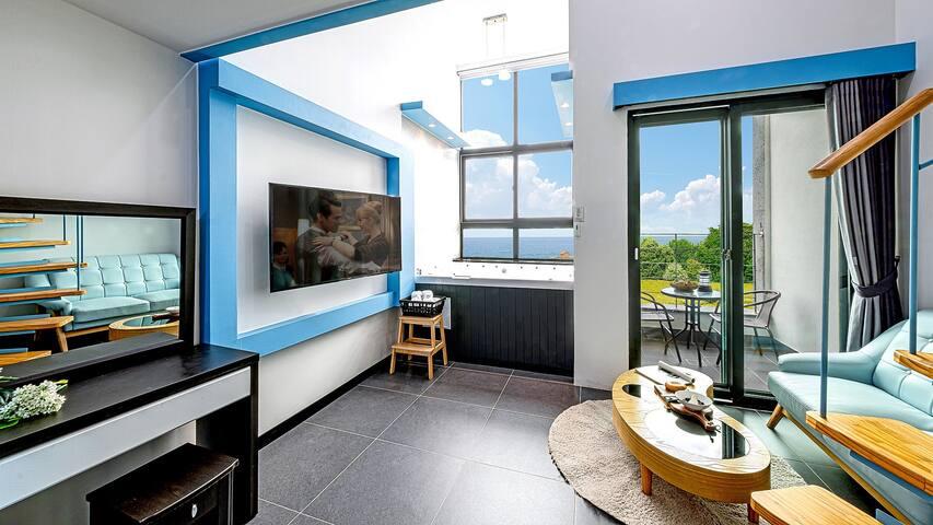 깔끔하고 세련된 화이트&블루 톤의 스파 닉스 객실