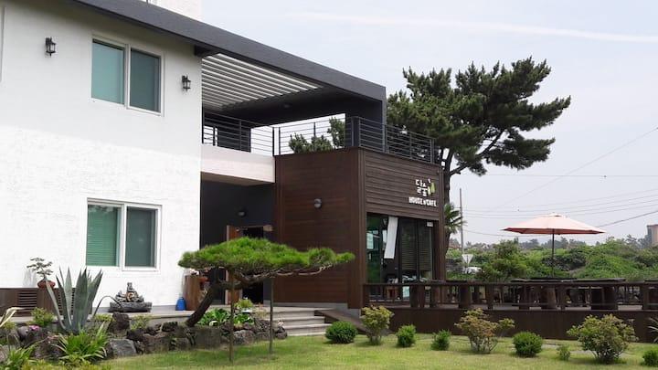 달숲하우스' 달01룸(2인기준) 협재해수욕장 인근 차로 2~3분거리에 위치