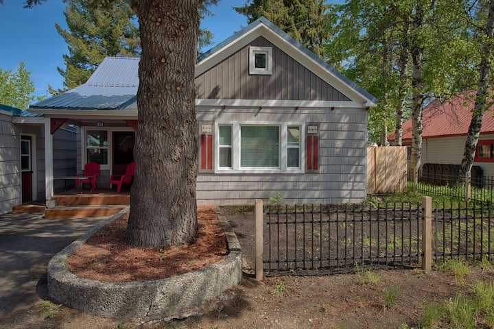 Park Street Cottage: Hot Tub, Pet Friendly, Short Walk to Downtown and Lake