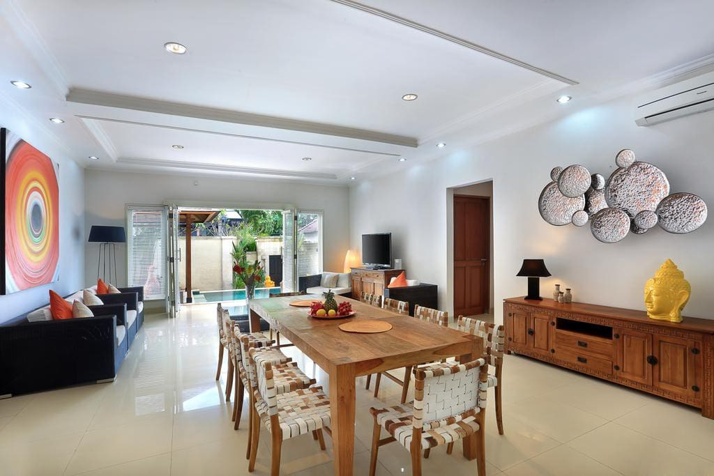 Spacious dining and living area for extended families and groups