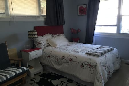 Gray Room near airport, Niagara Falls, - Buffalo - Hus